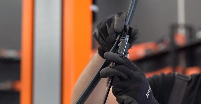 Hvordan man udskifter Viskerblade på VW GOLF VI (5K1) 2008: hent PDF manualer og video instruktioner