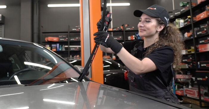 How to replace AUDI A4 Saloon (8EC, B7) 2.0 TDI 16V 2005 Wiper Blades - step-by-step manuals and video guides