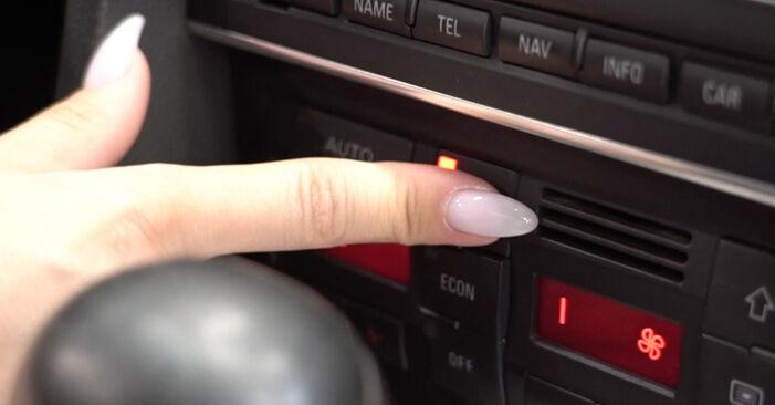 Wie schwer ist es, selbst zu reparieren: Innenraumfilter Audi A4 B7 Limousine 2.0 TFSI 2005 Tausch - Downloaden Sie sich illustrierte Anleitungen