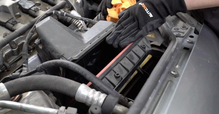 AUDI A4 2.0 TDI 16V Luftfilter ausbauen: Anweisungen und Video-Tutorials online