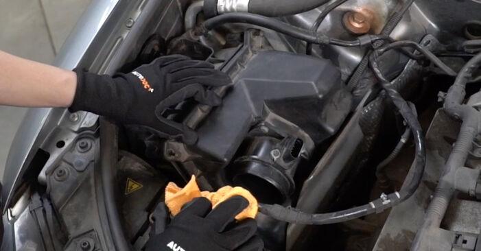 Schritt-für-Schritt-Anleitung zum selbstständigen Wechsel von Audi A4 B7 Limousine 2007 2.0 Luftfilter
