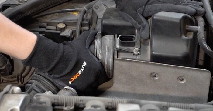 Wie schwer ist es, selbst zu reparieren: Luftfilter Audi A4 B7 Limousine 2.0 TFSI 2005 Tausch - Downloaden Sie sich illustrierte Anleitungen
