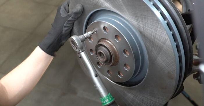Wie schwer ist es, selbst zu reparieren: Bremsscheiben Audi A4 B7 Limousine 2.0 TFSI 2005 Tausch - Downloaden Sie sich illustrierte Anleitungen