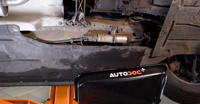 Wechseln Sie Kraftstofffilter beim BMW 3 Limousine (E90) 318i 2.0 2009 selbst aus