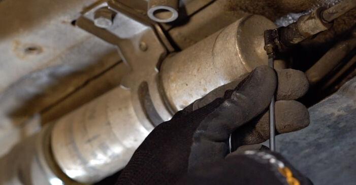 Kraftstofffilter am BMW 3 Limousine (E90) 330d 3.0 2011 wechseln – Laden Sie sich PDF-Handbücher und Videoanleitungen herunter