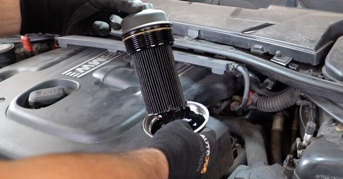 Wie man BMW 3 SERIES 325i 2.5 2007 Ölfilter wechselt - Einfach nachzuvollziehende Tutorials online
