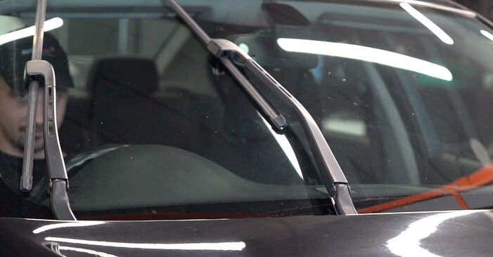 Kā nomainīt BMW 3 Sedan (E90) 320d 2.0 2005 Stikla tīrītāja slotiņa - pakāpeniskās rokasgrāmatas un video ceļveži