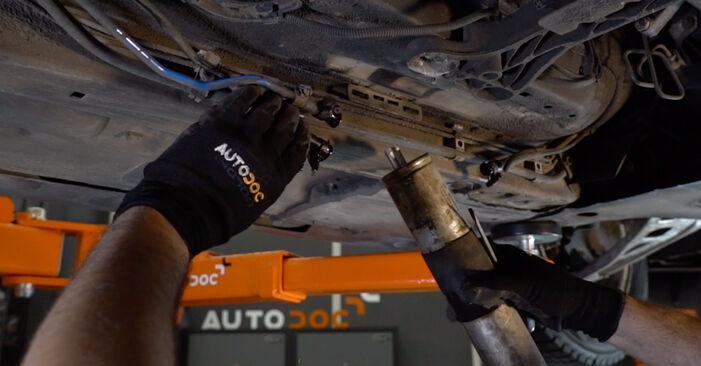 Austauschen Anleitung Kraftstofffilter am BMW e46 Cabrio 2000 330Ci 3.0 selbst
