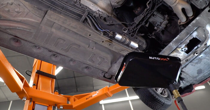 Wie Kraftstofffilter BMW 3 Cabrio (E46) 320Ci 2.2 1999 austauschen - Schrittweise Handbücher und Videoanleitungen