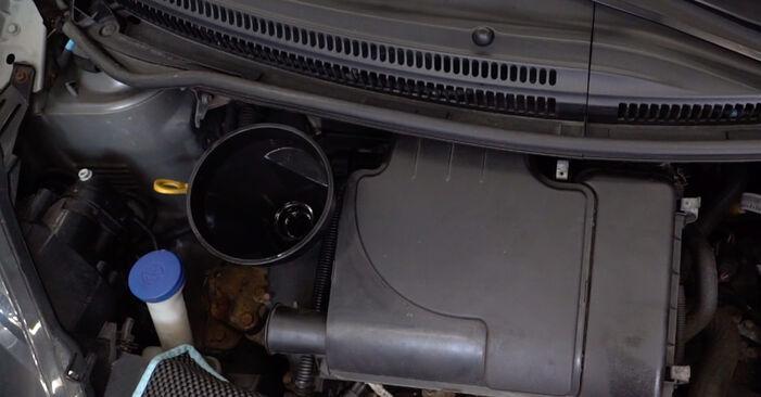 Hogyan Toyota Aygo ab1 2005 Olajszűrő cseréje - ingyenes PDF és videó-útmutatók