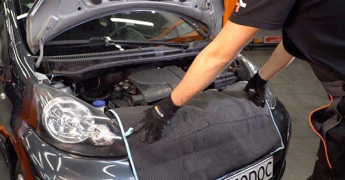 Mennyire nehéz önállóan elvégezni: Toyota Aygo ab1 1 2011 Olajszűrő cseréje - töltse le az ábrákat tartalmazó útmutatót