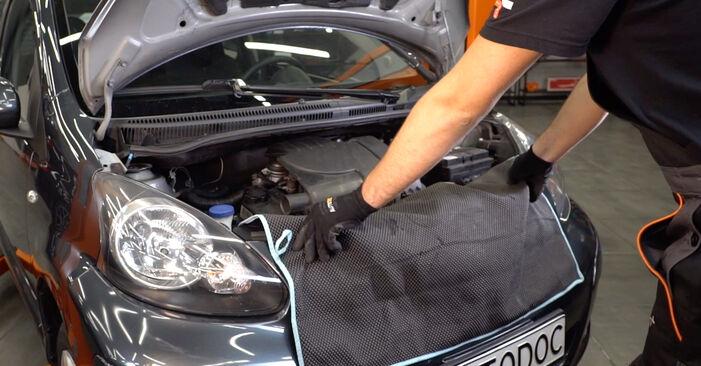 Schrittweise Anleitung zum eigenhändigen Ersatz von Toyota Aygo ab1 2008 1.4 HDi Zündkerzen