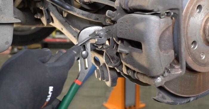 Bremsbeläge beim AUDI A4 1.6 2006 selber erneuern - DIY-Manual