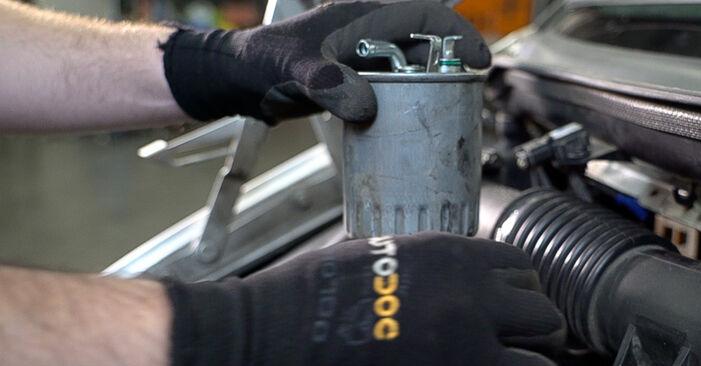 Kraftstofffilter Ihres Mercedes W638 Bus 108 CDI 2.2 (638.194) 1996 selbst Wechsel - Gratis Tutorial