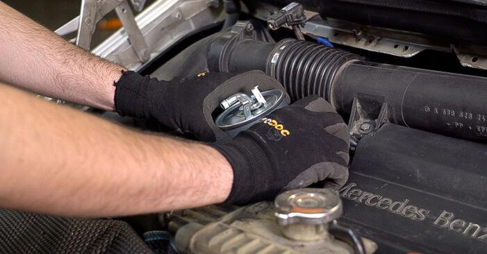 MERCEDES-BENZ VITO 110 TD 2.3 (638.174) Kraftstofffilter ausbauen: Anweisungen und Video-Tutorials online