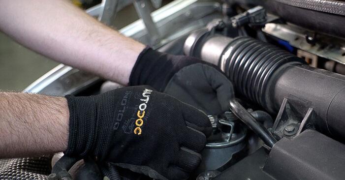 Kraftstofffilter beim MERCEDES-BENZ VITO 112 CDI 2.2 (638.194) 2003 selber erneuern - DIY-Manual