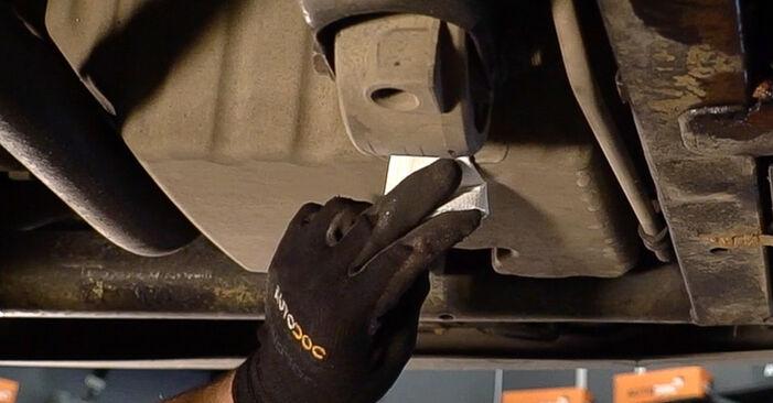 Ölfilter Mercedes W638 Bus 110 TD 2.3 (638.174) 1998 wechseln: Kostenlose Reparaturhandbücher