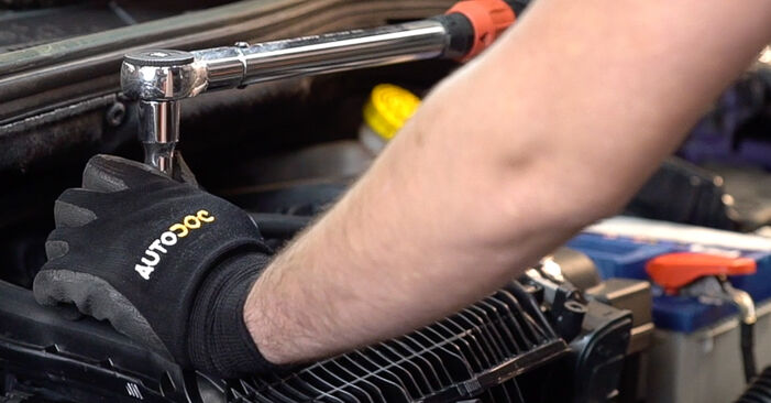 Austauschen Anleitung Zündkerzen am Peugeot 208 1 2012 1.4 HDi selbst