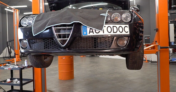 Mennyire nehéz önállóan elvégezni: Alfa Romeo 159 Sportwagon 1.8 TBi 2011 Olajszűrő cseréje - töltse le az ábrákat tartalmazó útmutatót