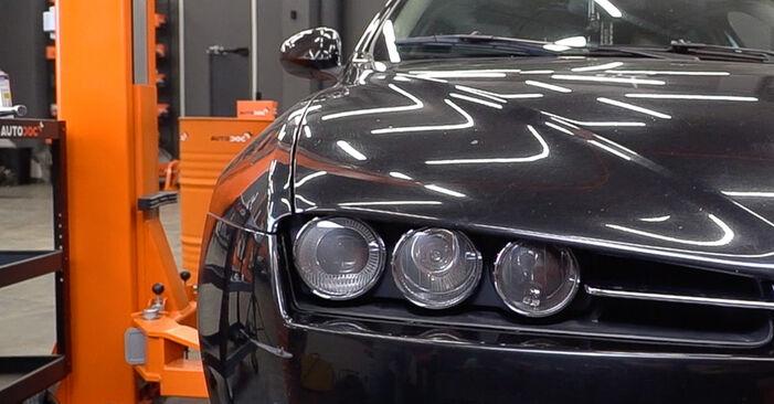 Csináld magad ALFA ROMEO 159 Sportwagon (939) 2.0 JTDM 2011 Olajszűrő csere - online útmutató