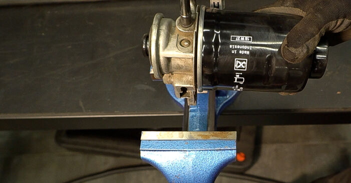 Toyota Prado J120 4.0 1997 Fuel Filter replacement: free workshop manuals