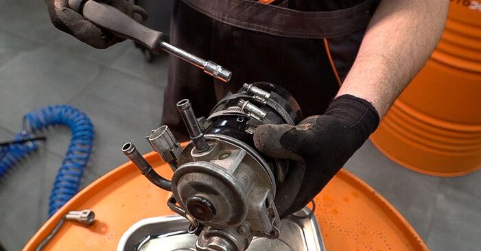 Come rimuovere TOYOTA LAND CRUISER 3.0 D-4D 1999 Filtro Carburante - istruzioni online facili da seguire