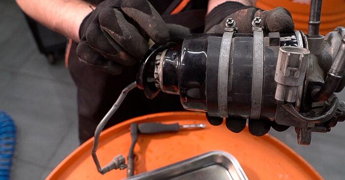 Sostituzione di TOYOTA LAND CRUISER 3.0 D-4D Filtro Carburante: guide online e tutorial video