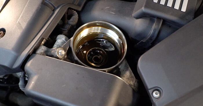 Ölfilter beim BMW 3 SERIES 325d 3.0 2008 selber erneuern - DIY-Manual