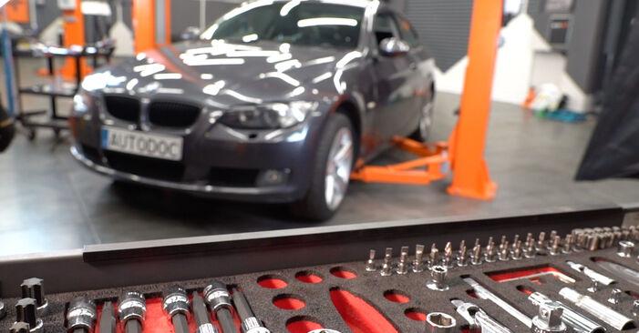 Wie man Zündkerzen beim BMW 3 Coupe (E92) 2006 austauscht – Downloaden Sie sich PDF-Anleitungen und Video-Tutorials