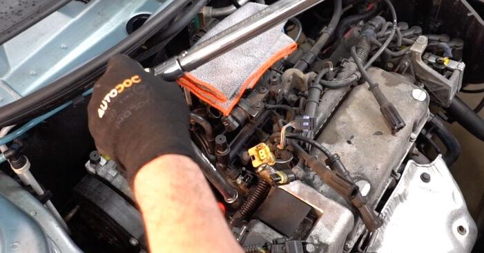 Svojpomocná výmena FIAT PUNTO (188) 1.3 JTD 16V 1999 Zapalovacia sviečka – online tutoriál