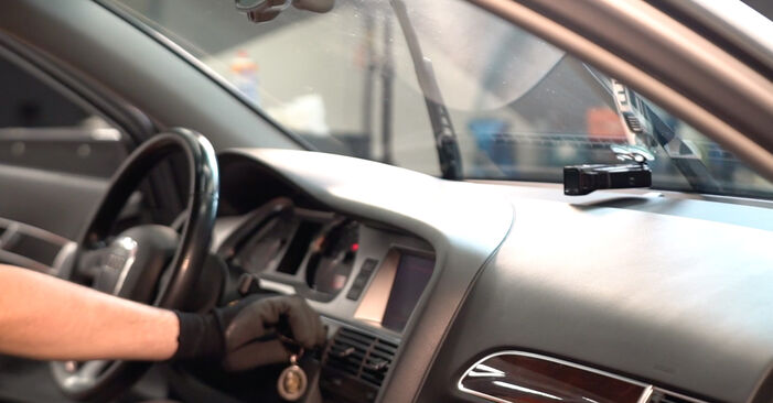 Kaip pakeisti AUDI A6 Sedanas (4F2, C6) 3.0 TDI quattro 2005 Valytuvo gumelė - išsamios instrukcijos ir vaizdo pamokos