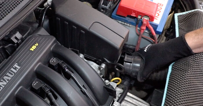 Changing Air Filter on RENAULT MEGANE II Saloon (LM0/1_) 1.5 dCi (LM02, LM13, LM2A) 2004 by yourself