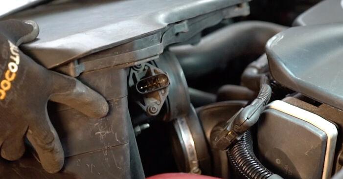 Wie schwer ist es, selbst zu reparieren: Luftfilter BMW e46 Cabrio 320Cd 2.0 2004 Tausch - Downloaden Sie sich illustrierte Anleitungen