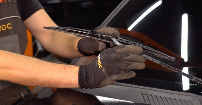 How to replace RENAULT CLIO II (BB0/1/2_, CB0/1/2_) 1.2 1999 Wiper Blades - step-by-step manuals and video guides