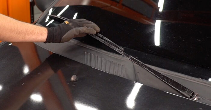Changing Wiper Blades on RENAULT CLIO II (BB0/1/2_, CB0/1/2_) 1.4 16V 2001 by yourself