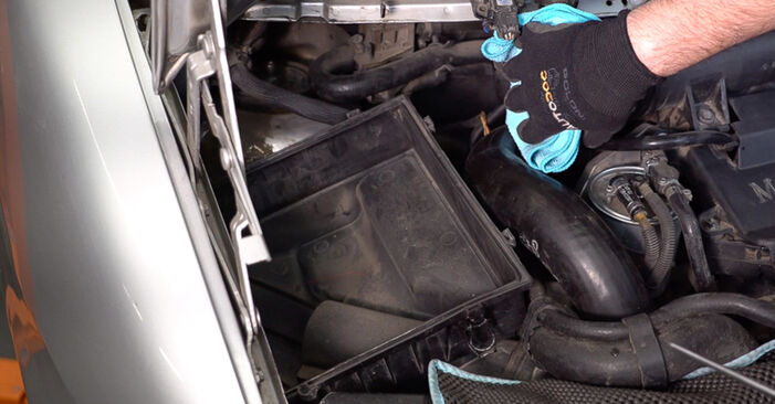 MERCEDES-BENZ VITO 108 CDI 2.2 (638.194) Air Filter replacement: online guides and video tutorials