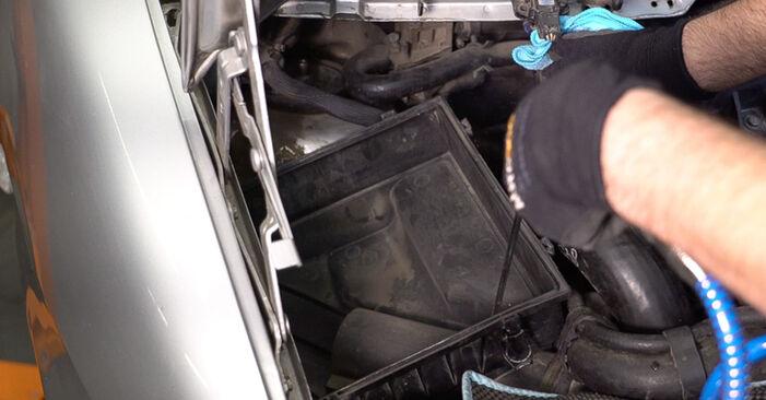 Austauschen Anleitung Luftfilter am Mercedes W638 Bus 1998 112 CDI 2.2 (638.194) selbst