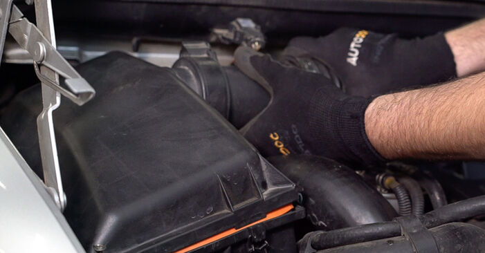 Schritt-für-Schritt-Anleitung zum selbstständigen Wechsel von Mercedes W638 Bus 2001 108 D 2.3 (638.164) Luftfilter