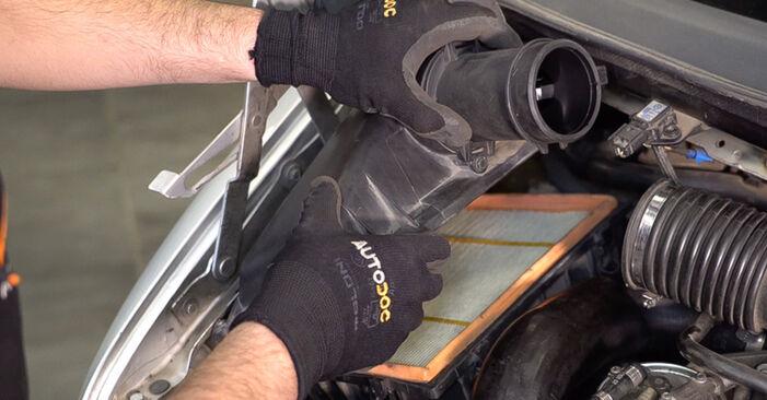 Luftfilter beim MERCEDES-BENZ VITO 112 CDI 2.2 (638.194) 2003 selber erneuern - DIY-Manual