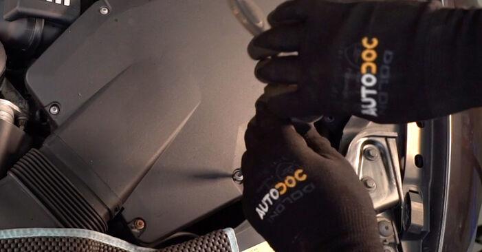 Sustitución de Filtro de Aire en un BMW E92 320d 2.0 2008: manuales de taller gratuitos