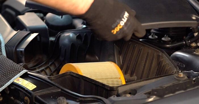 Hoe BMW 3 SERIES 325i 2.5 2010 Luchtfilter verwijderen – online eenvoudige instructies