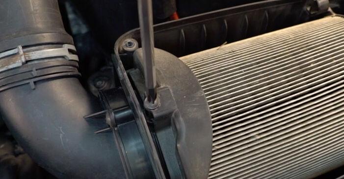 Wie VW GOLF 2.0 TDI 16V 2007 Luftfilter ausbauen - Einfach zu verstehende Anleitungen online