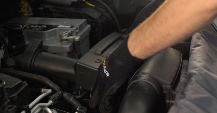 VW TOURAN 2.0 TDI Vzduchovy filtr výměna: online návody a video tutoriály