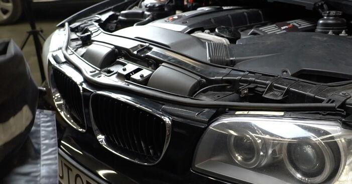 Pakāpeniski ieteikumi patstāvīgai BMW E82 2007 125i 3.0 Gaisa filtrs nomaiņai