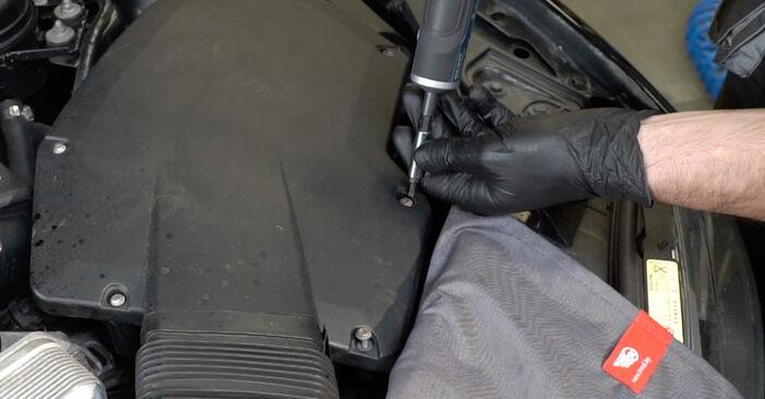 BMW E82 123d 2.0 2008 Gaisa filtrs nomaiņa: bezmaksas remonta rokasgrāmatas