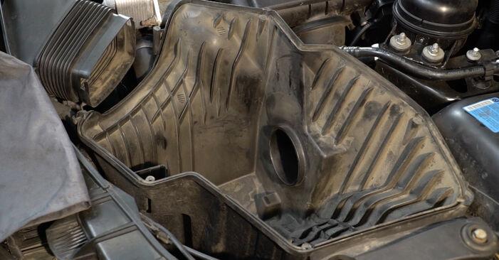 Kā nomainīt Gaisa filtrs BMW 1 Coupe (E82) 2011 - lejupielādējiet PDF rokasgrāmatas un video instrukcijas
