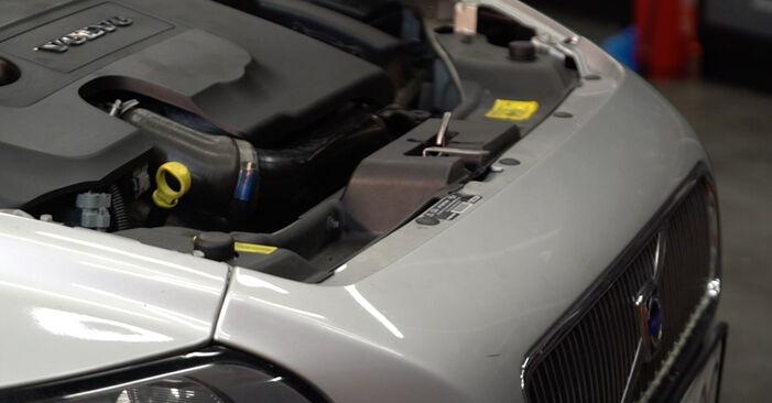 Byt Bränslefilter på VOLVO V50 (545) 2.4 2006 själv
