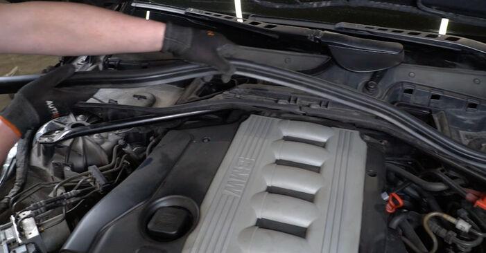 Tausch Tutorial Luftfilter am BMW 5 Limousine (E60) 2003 wechselt - Tipps und Tricks