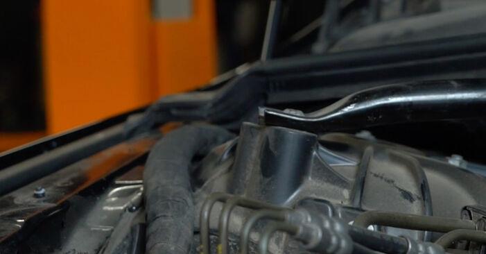 Byt Luftfilter på BMW 5 Sedan (E60) 520i 2.2 2004 själv