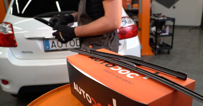How to change Wiper Blades on Toyota Auris e15 2006 - free PDF and video manuals